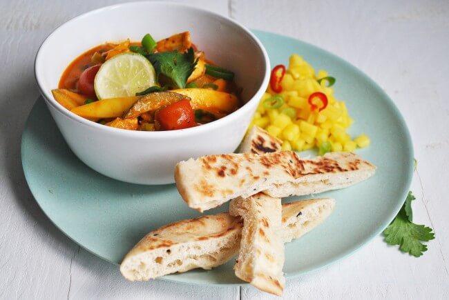Tomaten curry met kippendij en mangosalade