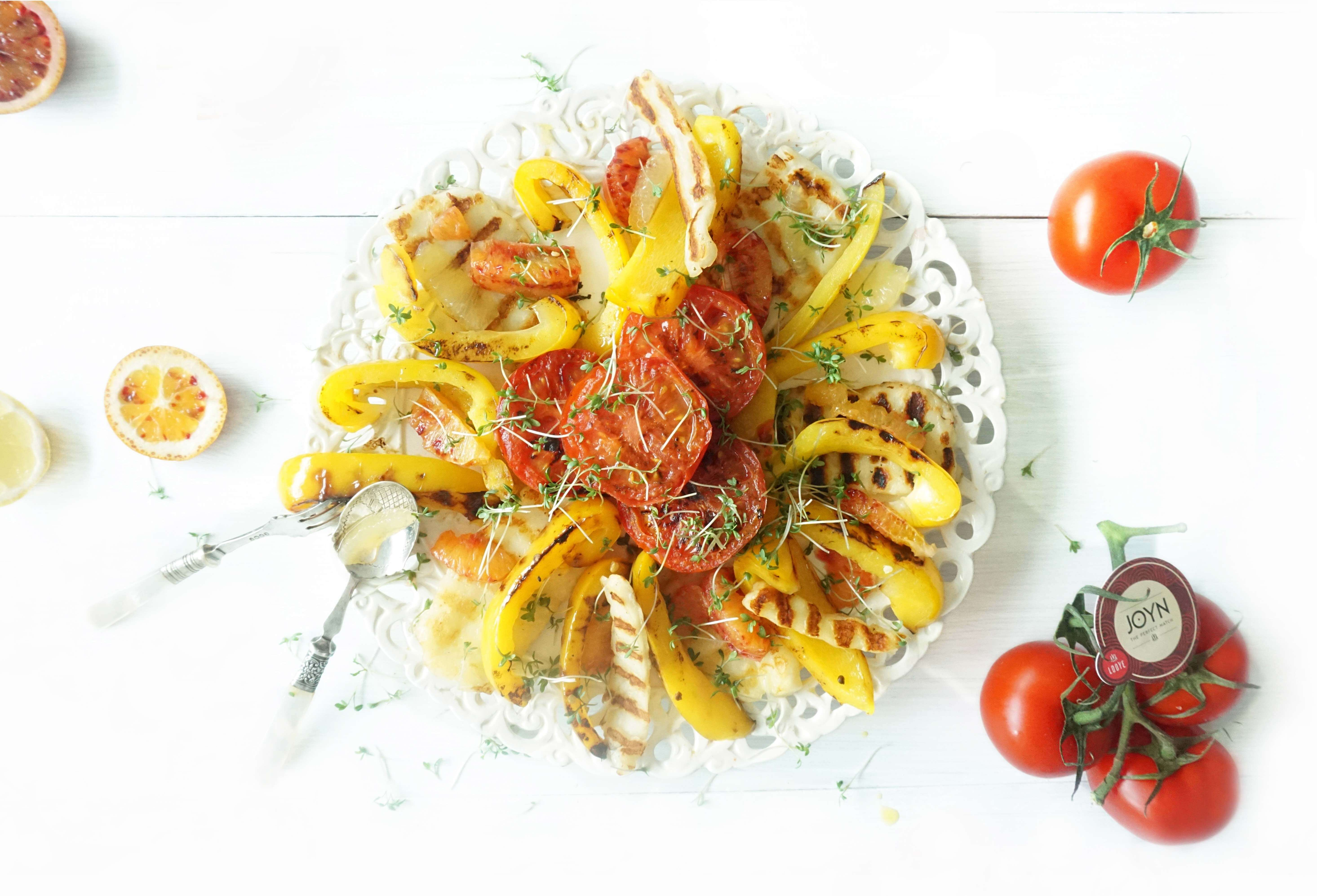 Salade van JOYN tomaten met halloumi, paprika en bloedsinaasappel