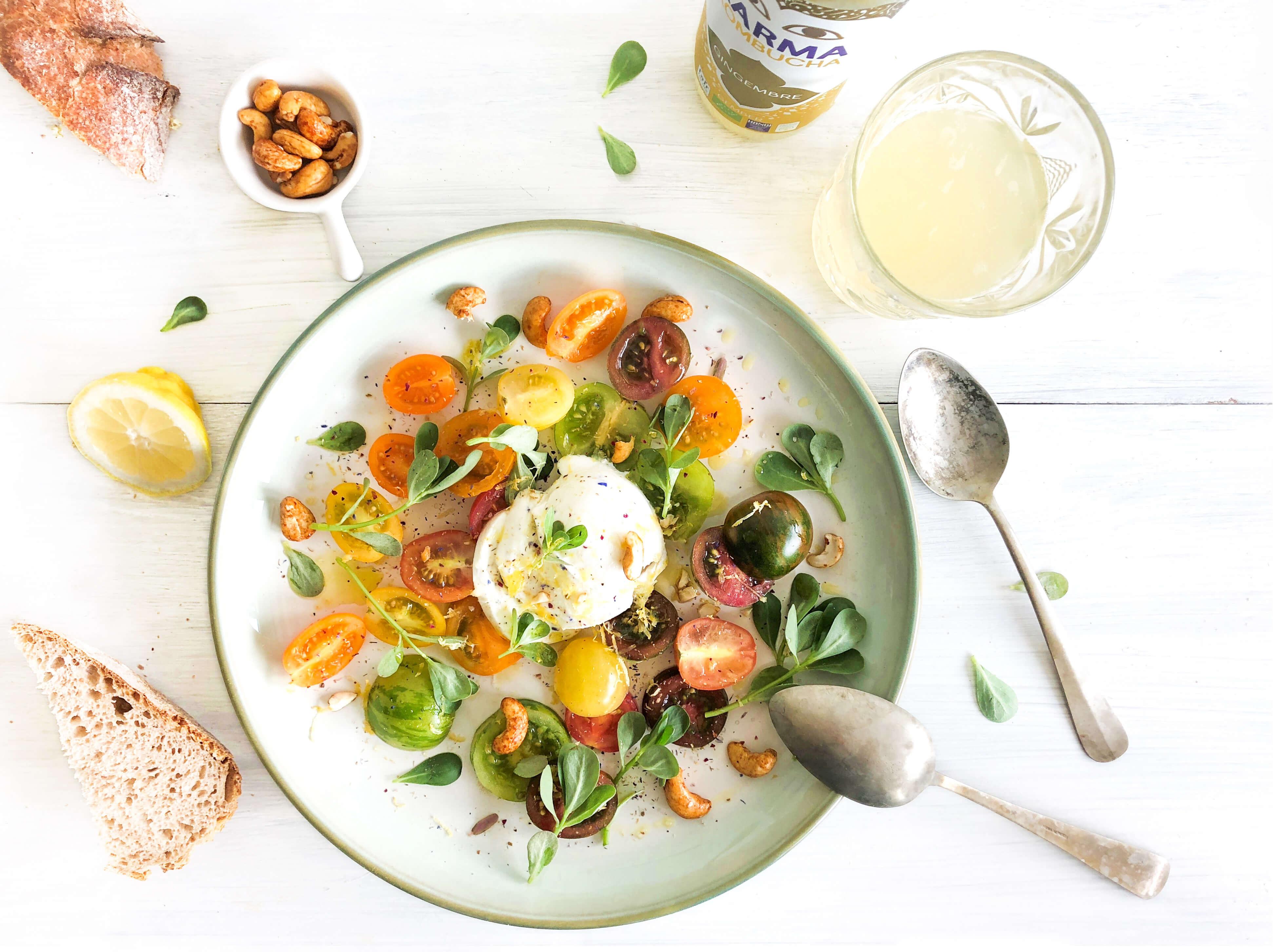 The Lemon Kitchen heeft met EkoPlaza producten een gerecht gemaakt met buffel mozzarella, gekleurde tomaatjes en cashewnoten