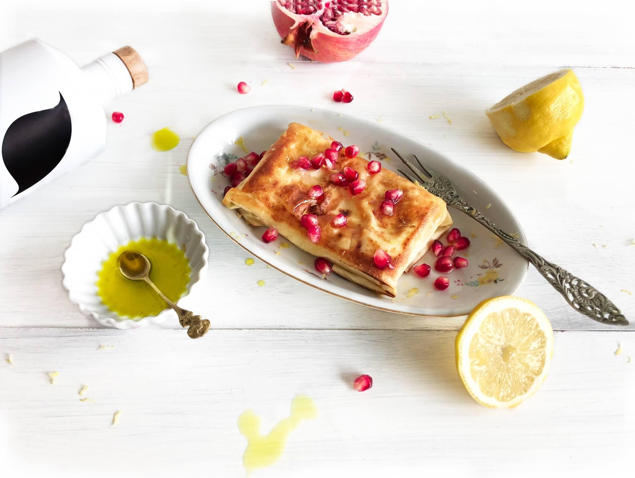 The Lemon Kitchen heeft een Grieks gerecht gemaakt met Neolea olijfolie, gebakken feta en granaatappel