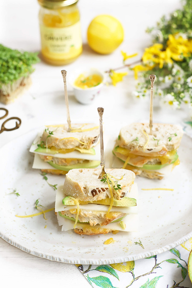 Lemoncurd sandwiches met geitenkaas & avocado