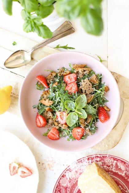 Panzanella salade met aardbei, citroen & Parmezaan