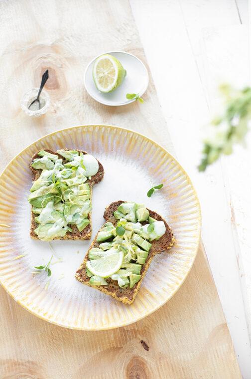 Avocado toast met citroen & basilicum mayonaise