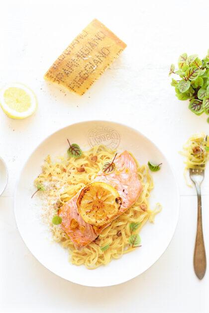 Citroen pasta met zalm en knoflook olie