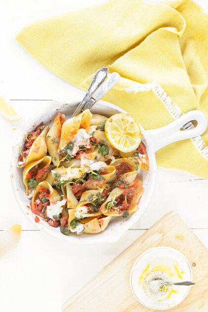 Pasta schelpen gevuld met tomaat, citroen & pesto