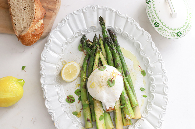 Burrata met asperges, citroen en brood