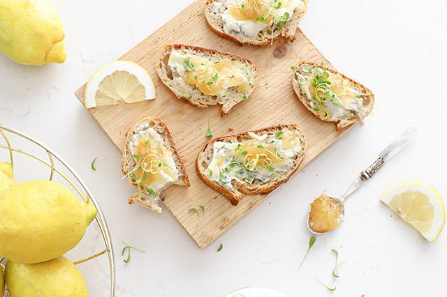 Gorgonzola crostini met citroenjam en cress