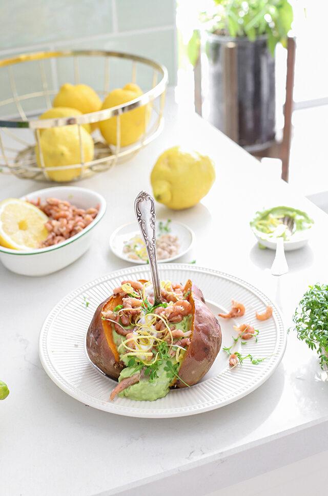 Gepofte zoete aardappel met citroen, avocado & garnalen