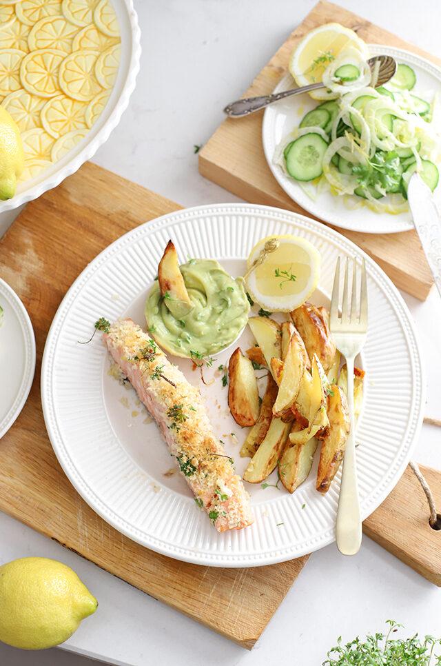 Zalm met kruidenkorst, avocado dip & aardappeltjes