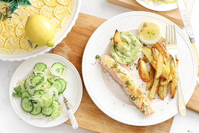 zalm met kruidenkorst, aardappels en avocado met frisse salade