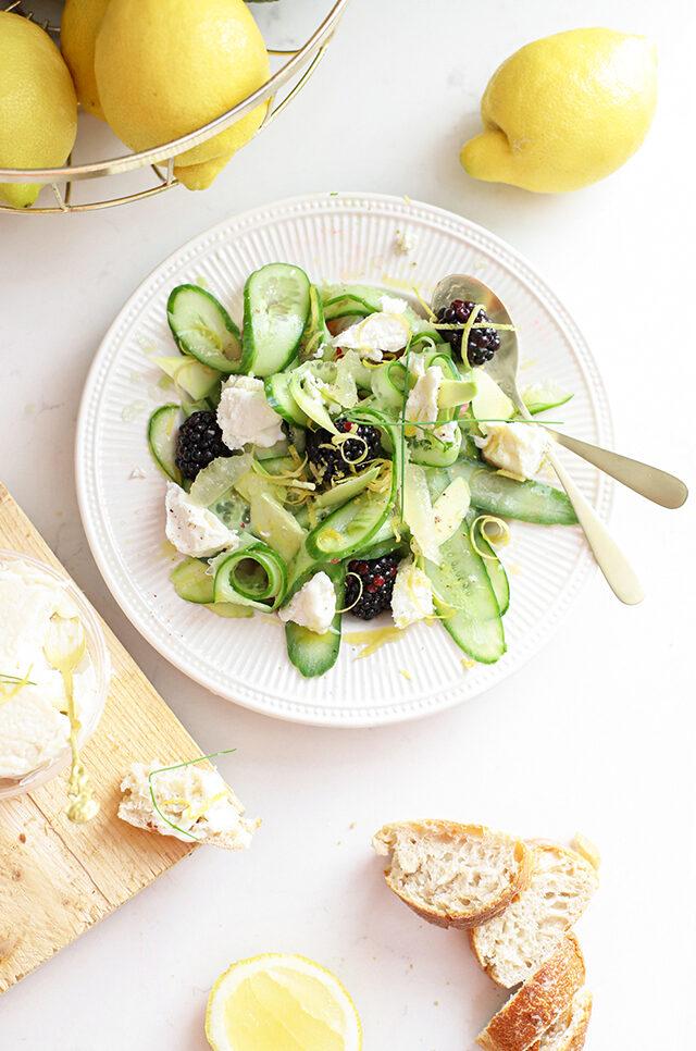 Zomerse salade met komkommer, bramen, citroen & La Tur kaas