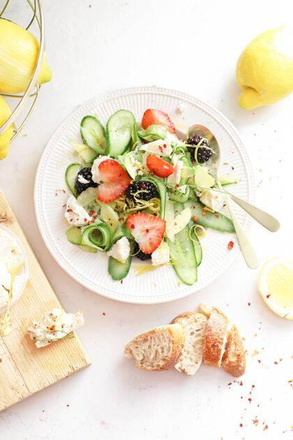 Maaltijdsalade met geitenkaas, rood fruit & citroen