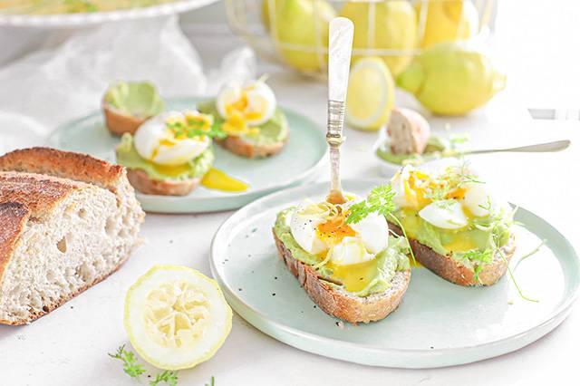 avocado toast met ei en citroen