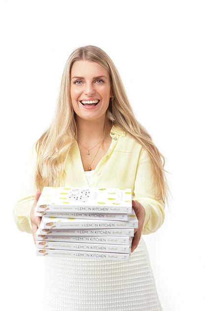Jadis met eigen kookboek in haar handen