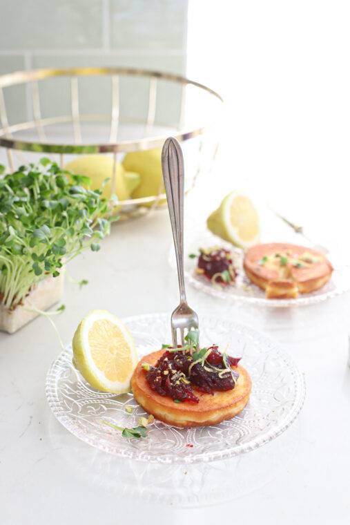 Gebakken kaas met cranberry compote & pistache