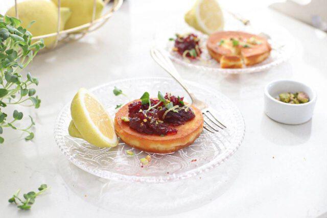 gebakken kaas met cranberry compote en pistache