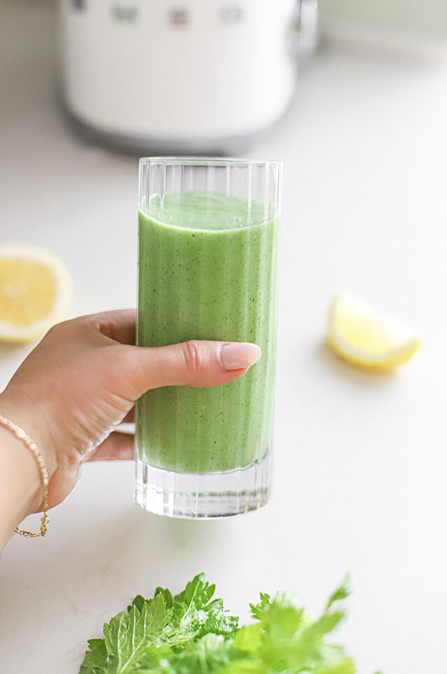Glas Groene smoothie met avocado, banaan, citroen & bleekselderij