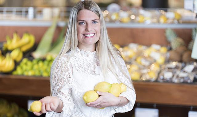 Jadis Schreader met biologische citroen Ekoplaza