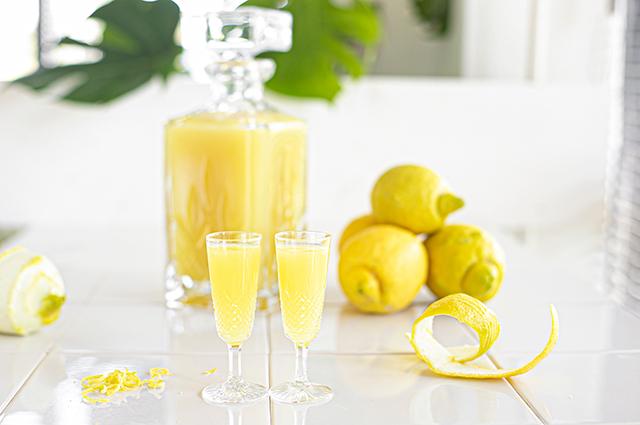 Limoncello met twee glazen