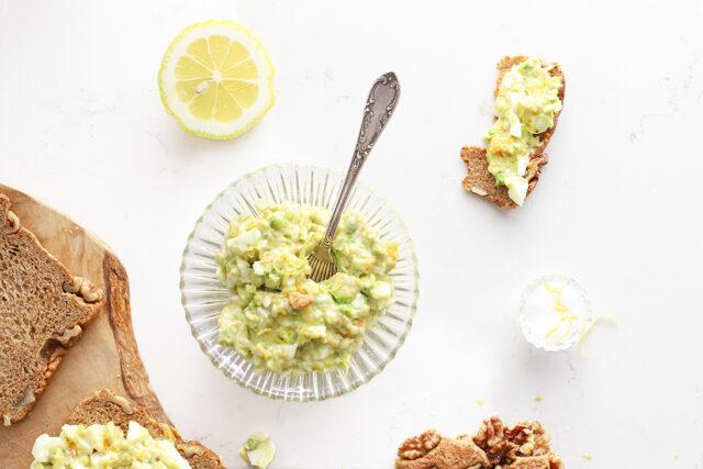 lekkerste en gezonde eiersalade met avocado en citroen