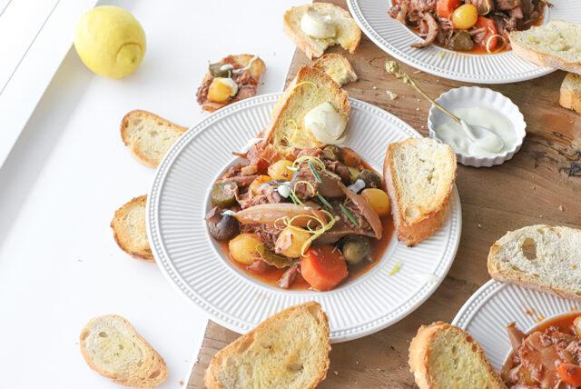lekker coq au vind recept kip gestoofd in wijn met augurk en paddenstoelen