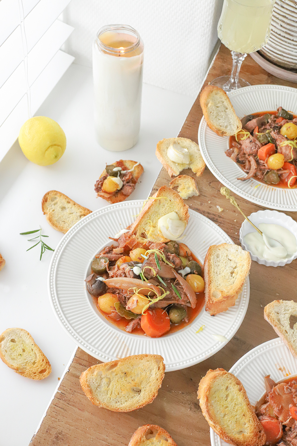 coq au vin met paddenstoelen, citroen en tafelzuur