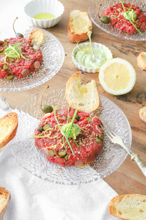 steak tartare van bavette met citroen, gerookte paprikapoeder, knoflook crostini