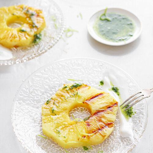 gegrilde ananas met citroen en basilicum olie met geiten hangop