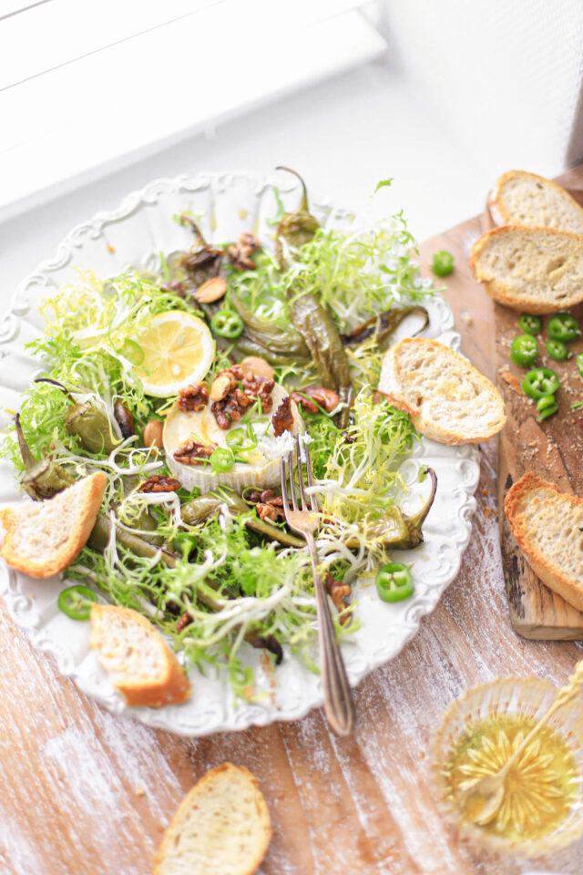 geitenkaas salade met geroosterde noten, citroen, frisee sla en frisse dressing