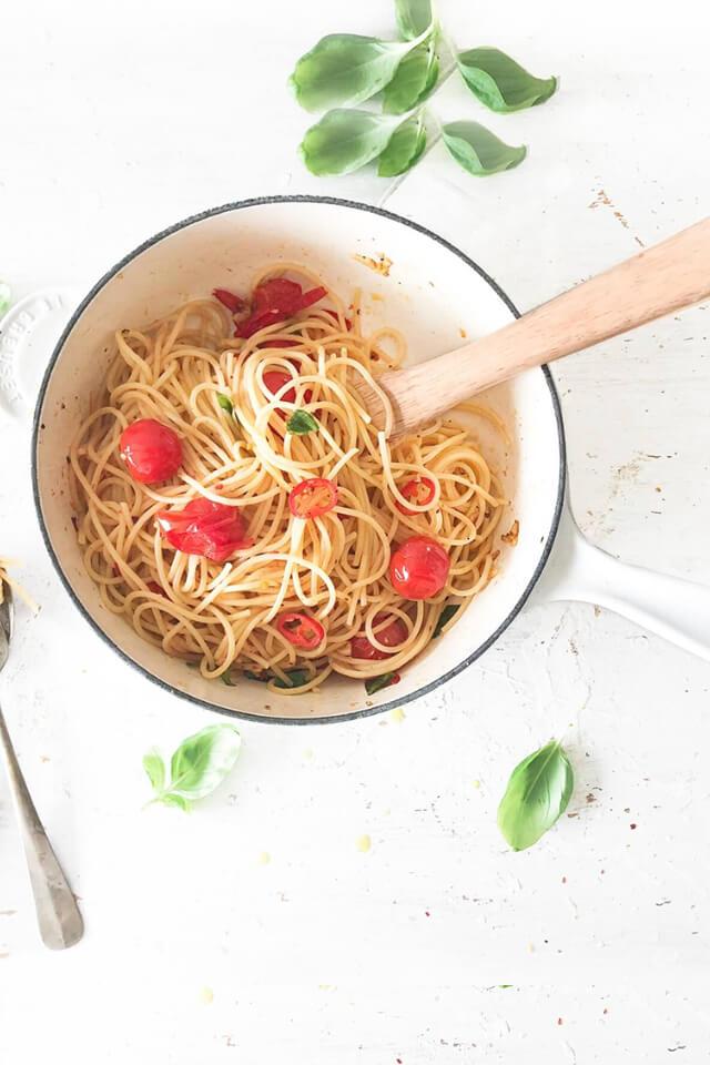 Pittige pasta met basilicum, tomaten en citroen