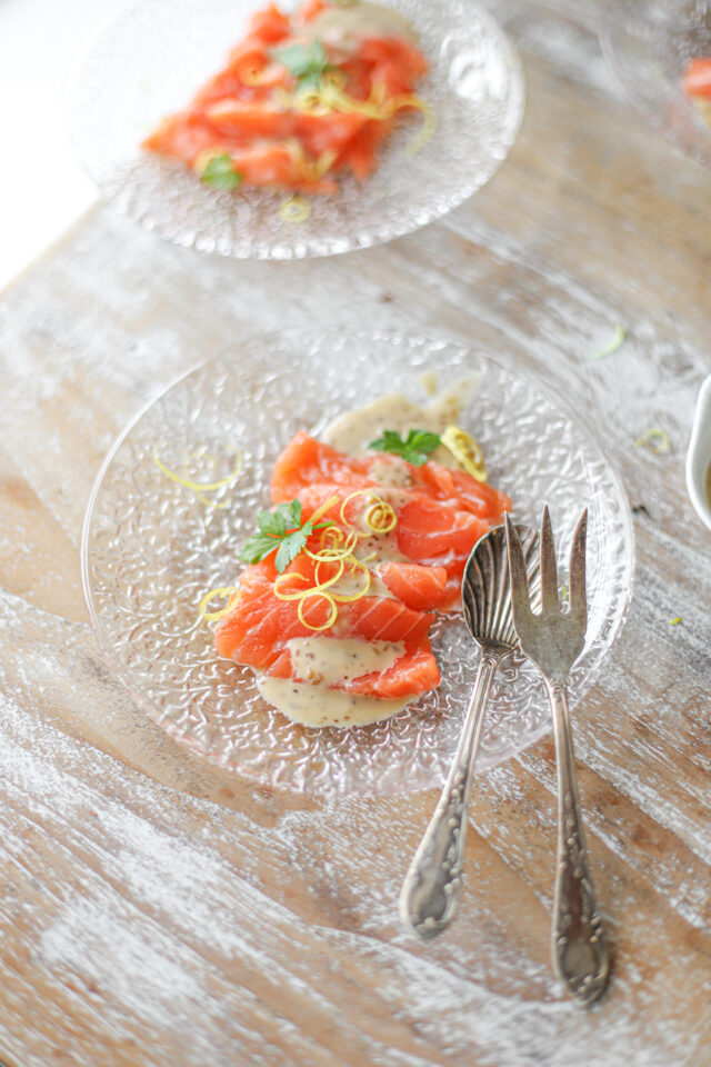 zalm sashimi met sesamdressing en citroen