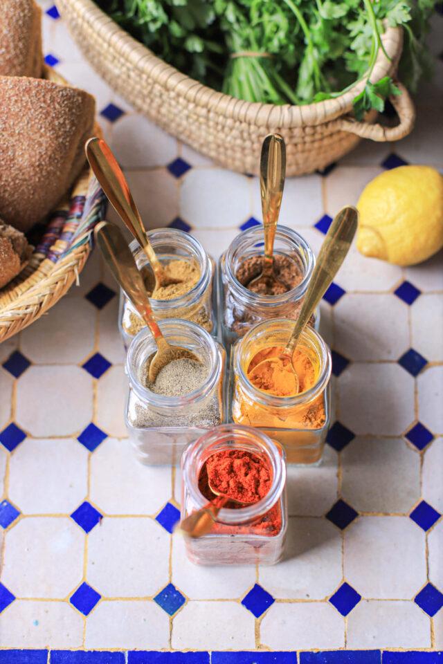 tagine kruiden zoals Ras el Hanout, kurkuma, paprika poeder