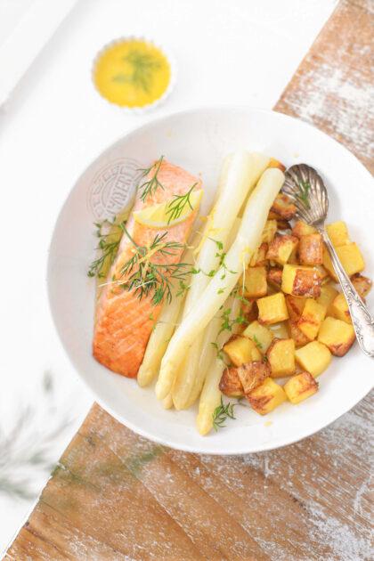 asperges met zalm, dille botersaus en meeopper citroen aardappeltjes