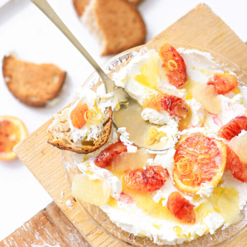 Een makkelijk en supergezond vegetarisch lunch recept. Hangop met citroen, bloedsinaasappel en olijfolie is súper lekker met zuurdesembrood.