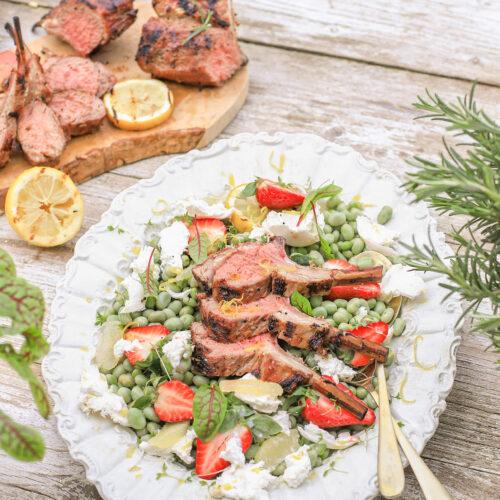 lamsrack salade met burrata, aardbei, citroen en tuinerwten