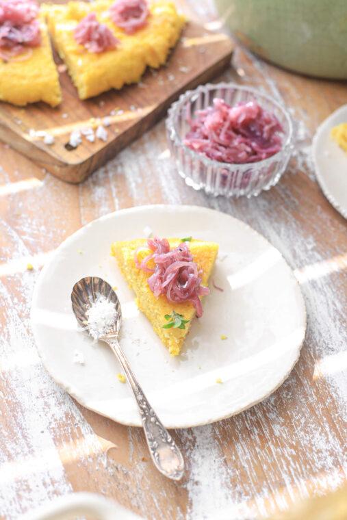 gebakken polenta met rode ui, parmezaan citroen oregano