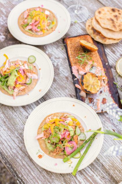 Perfect rosé gegaarde zalm met taco's van de BBQ. Heerlijk met avocadospread, groene asperge tips en pickles.