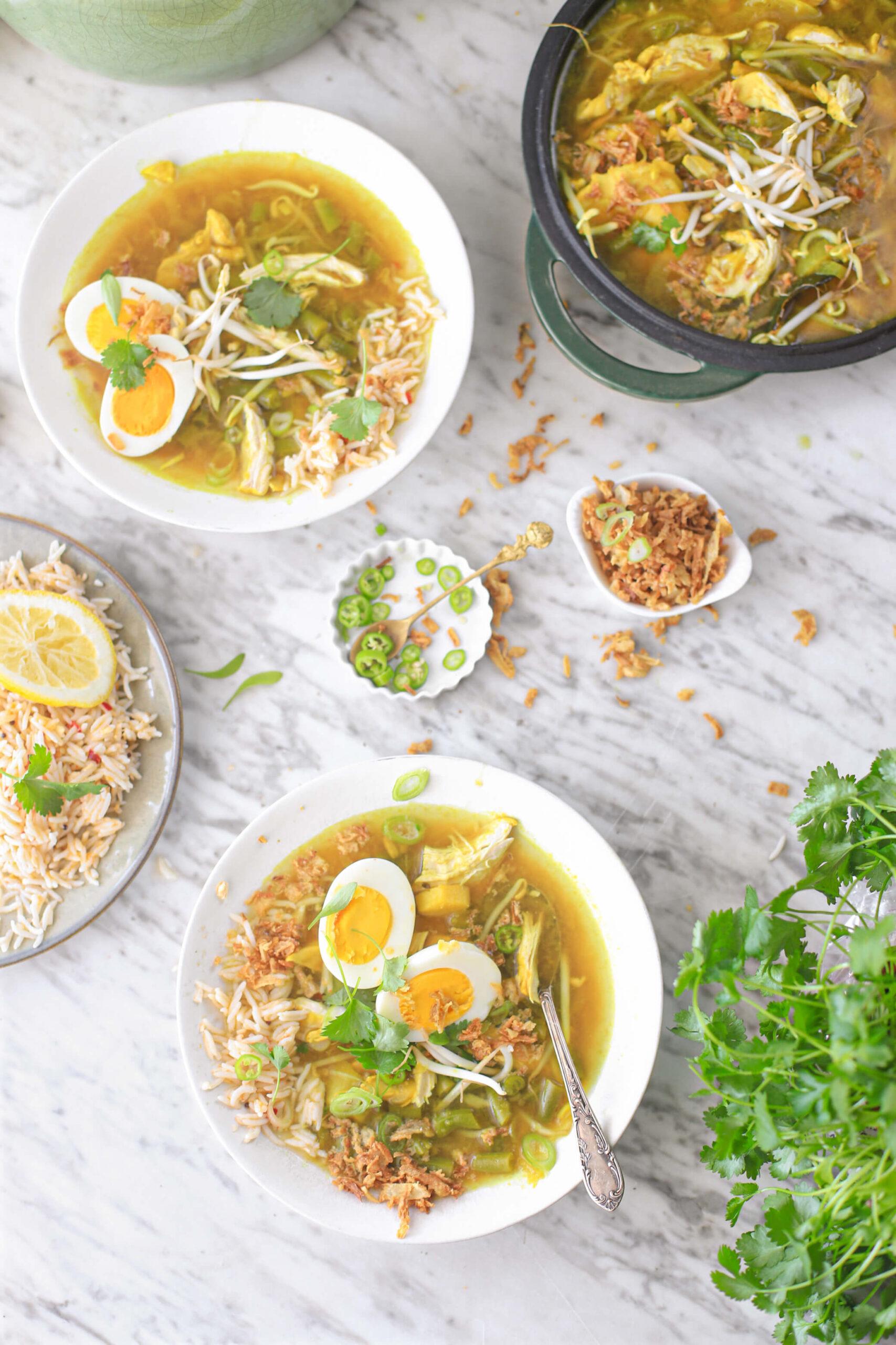 Indonesische soto ajam soep met rijst