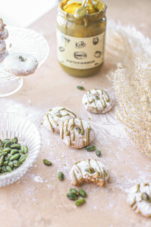Superlekkere pistache koekjes met amandelmeel & citroen. Gemaakt met voornamelijke biologische producten. Ook leuk om met kids te maken!