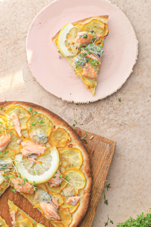 pizza met courgette, zalm en gorgonzola