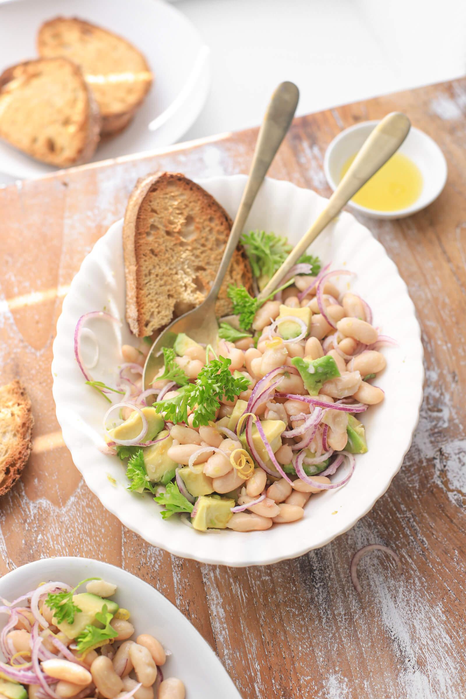 cannellini bonen salade met avocado rode ui_