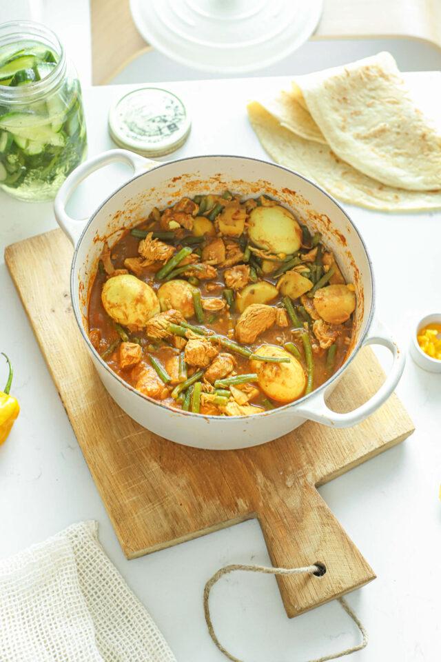 roti met kip, ei, boontjes en zure komkommer