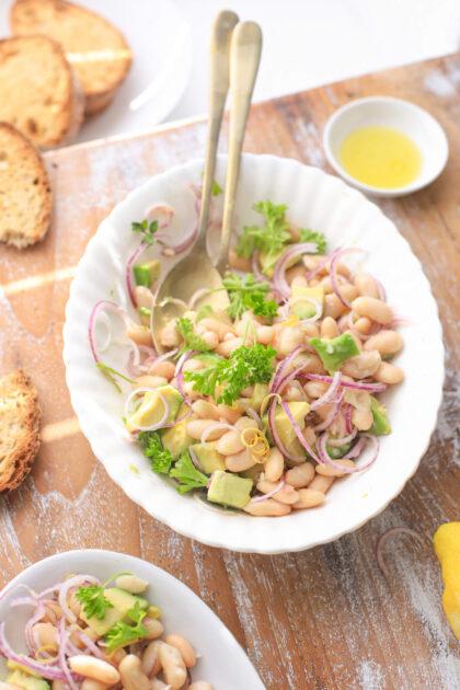 cannellini bonen salade met rode ui, avocado en citroen
