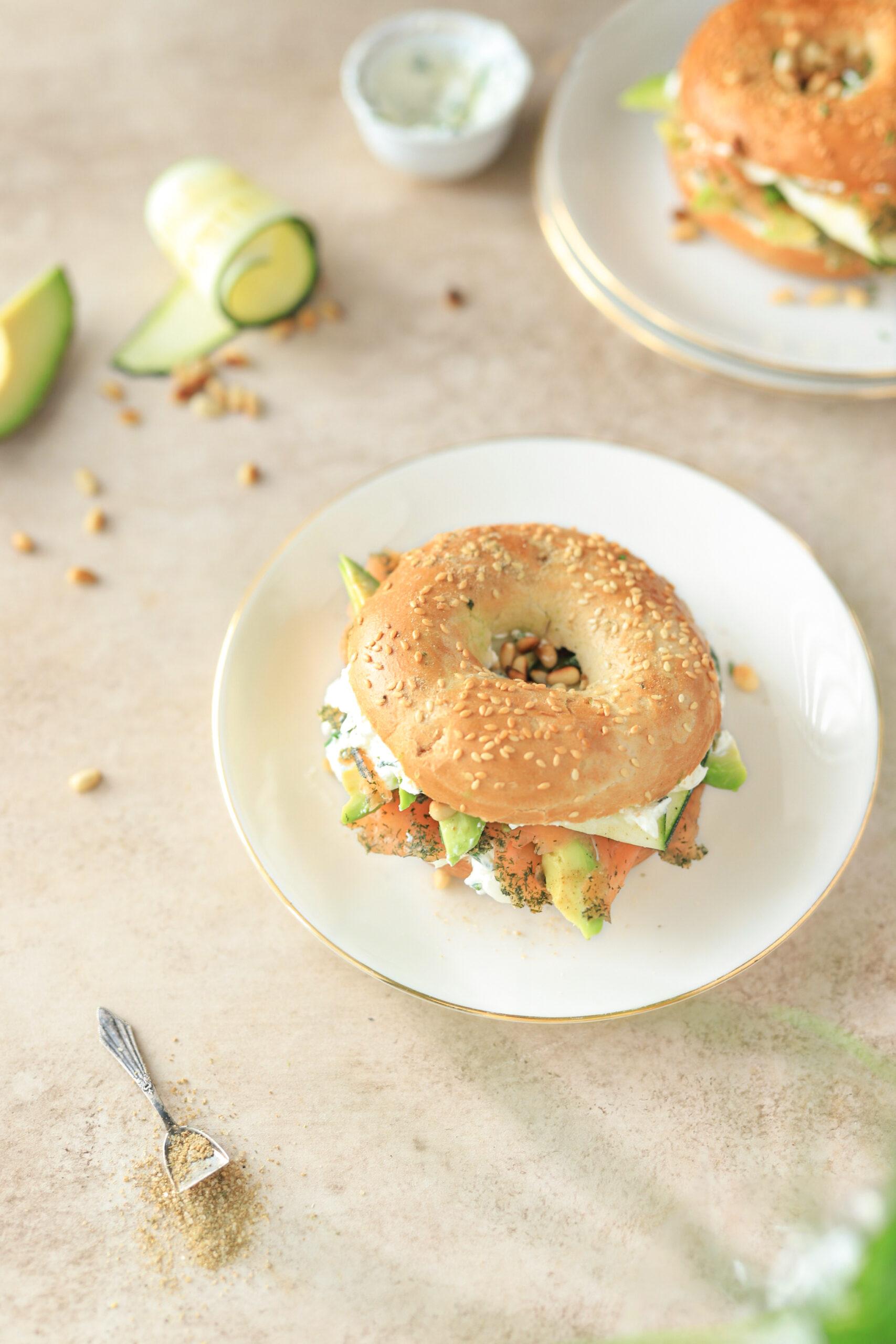 bagel met roomkaas, zalm & groenten hoofdgerecht