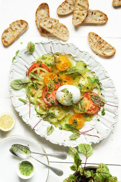 Salade met buffelmozzarella en Coeur de Boeuf tomaat