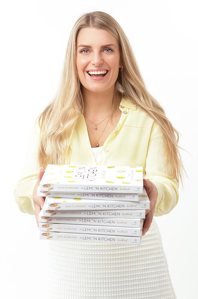 Jadis-met-stappel-tlk-kookboeken-uitsnede