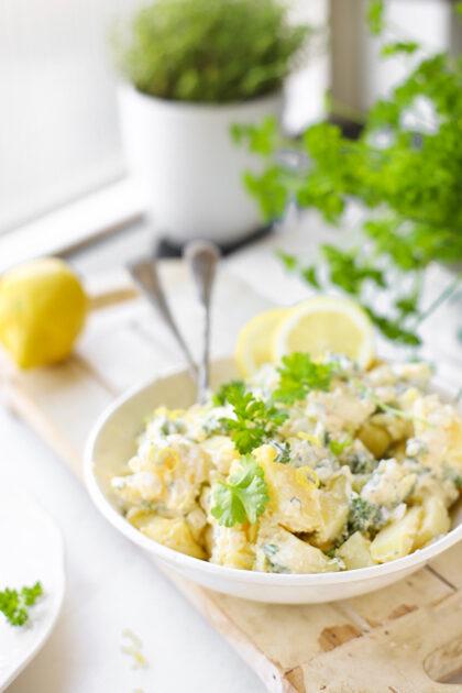 Aardappelsalade met groene kruiden & citroen