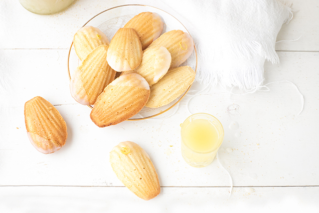 Madeleines met limoncello icing 'The Lemon Kitchen