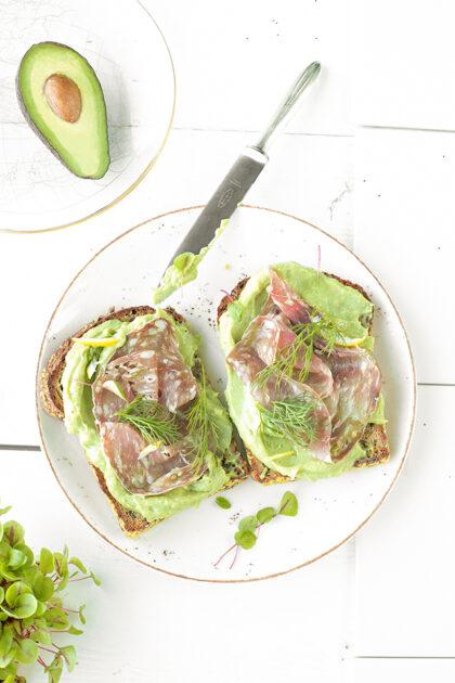 Notenbrood met avocado, spianata romana