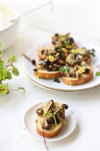 Citroen aspergesoep met paddenstoelen crostini
